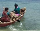 சர்வதேச மகளிர் தினம்: ஆண்கள் துணையின்றி கடலில் மீன் பிடிக்கும் பெண்கள்