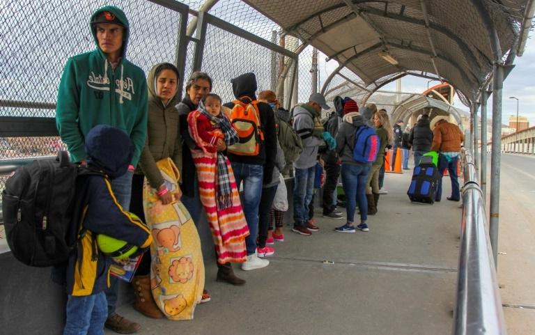 350-migrants-force-their-way-into-into-mexico-as-new-caravan-arrives__688042_ தடையை உடைத்தெறிந்து மெக்சிக்கோவிற்குள் நுழைந்த அகதிகளால் பரபரப்பு தடையை உடைத்தெறிந்து மெக்சிக்கோவிற்குள் நுழைந்த அகதிகளால் பரபரப்பு 350 migrants force their way into into mexico as new caravan arrives  688042