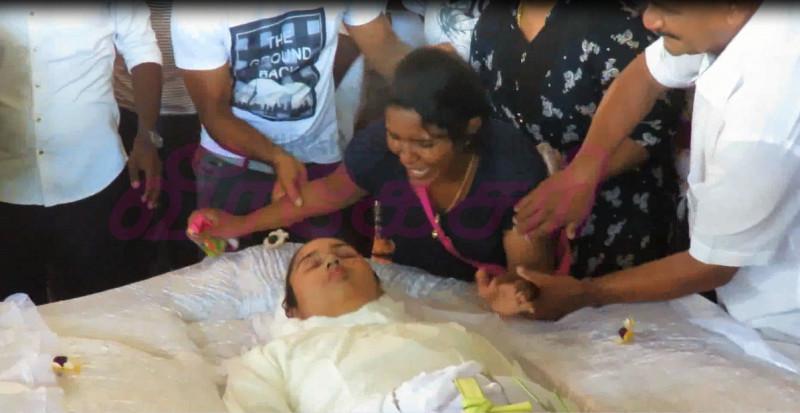 Mahiyanganaya-Accident-Funeral-1 ஆயிரம் கணக்கானவர்களின் கண்ணீர் வெள்ளத்துடன் பூமியில் சங்கமமாகிய 10 உறவுகள் (காணொளி) ஆயிரம் கணக்கானவர்களின் கண்ணீர் வெள்ளத்துடன் பூமியில் சங்கமமாகிய 10 உறவுகள் (காணொளி) Mahiyanganaya Accident Funeral 12 e1555607778127