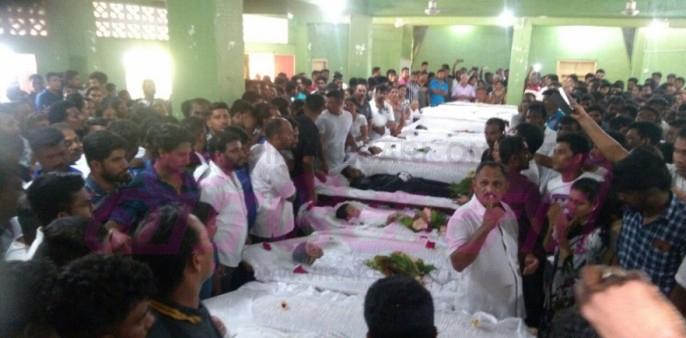 Mahiyanganaya-Accident-Funeral-2 ஆயிரம் கணக்கானவர்களின் கண்ணீர் வெள்ளத்துடன் பூமியில் சங்கமமாகிய 10 உறவுகள் (காணொளி) ஆயிரம் கணக்கானவர்களின் கண்ணீர் வெள்ளத்துடன் பூமியில் சங்கமமாகிய 10 உறவுகள் (காணொளி) Mahiyanganaya Accident Funeral 2