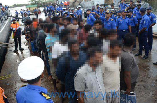 13 சட்ட விரோதமாக அவுஸ்திரேலியா செல்ல முற்பட்ட 41 பேர் கைது சட்ட விரோதமாக அவுஸ்திரேலியா செல்ல முற்பட்ட 41 பேர் கைது 13