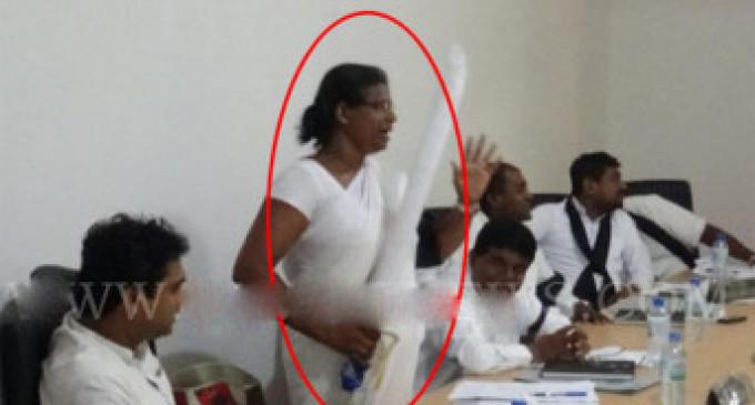 வாளுடன் சபைக்குள் வந்த பெண் அரசியல்வாதியால் பரபரப்பு