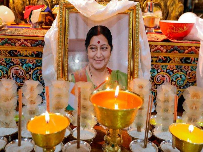 1  மறைந்த சுஷ்மா சுவராஜுக்கு ஆயிரம் தீபங்கள் ஏற்றி பூட்டான் மன்னர் அஞ்சலி 1