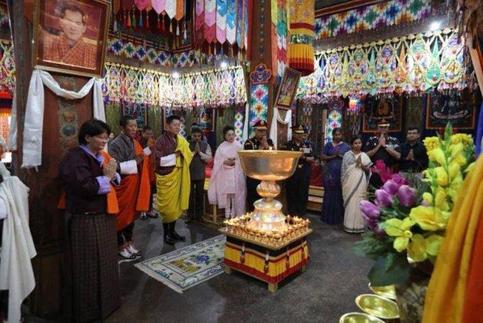 2  மறைந்த சுஷ்மா சுவராஜுக்கு ஆயிரம் தீபங்கள் ஏற்றி பூட்டான் மன்னர் அஞ்சலி 2