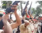 ஒரு துப்பாக்கிகூட வெடிக்கவில்லை – முன்னாள் முதல்வர் இறுதி மரியாதையில் குழம்பி நின்ற போலீஸ் !