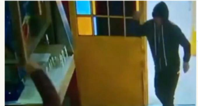 #ViralVideo : கத்தியுடன் நுழைந்த திருட்டுக் கும்பல்! – சேர்களால் அடித்து விரட்டிய உணவக ஊழியர்கள்