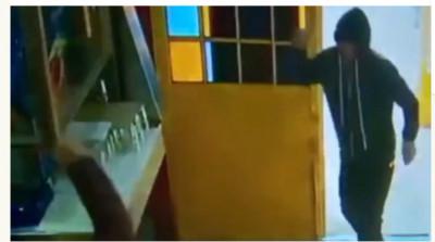 dsssss  #ViralVideo : கத்தியுடன் நுழைந்த திருட்டுக் கும்பல்! - சேர்களால் அடித்து விரட்டிய உணவக ஊழியர்கள் dsssss e1565578585240