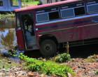 வீதியை விட்டு விலகி பள்ளத்தில் விழுந்த பஸ்: மூன்று பேர் காயம்