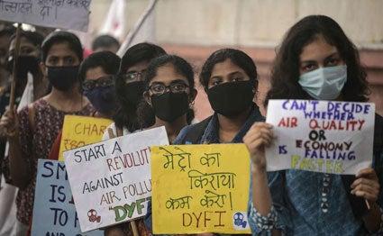 Delhiair-face-mask  காற்று மாசு  அதிகரித்ததால்  கோவிலில் கடவுள் சிலைகளுக்கு முகமூடி Delhiair face mask