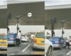VIDEO நடுரோட்ல 'கைகலப்பு'.. சத்தியமா இப்படியொரு 'டுவிஸ்ட்ட' எதிர்பாக்கல!