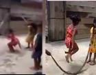 பாம்பை கயிறாக்கி 'ஸ்கிப்பிங்' விளையாடிய சிறுவர்கள் (காணொளி இணைப்பு)