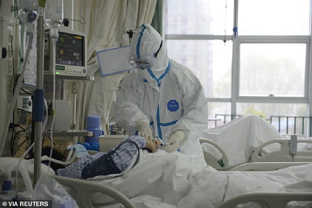 23769882-7923981-Doctors_at_the_Central_Hospital_of_Wuhan_attend_to_a_patient_wit-a-35_1579853714990  வைரஸ் பாதிப்பிற்கு உள்ளான நகரில் இருந்து வெளியாகும் வீடியோக்கள்- வீதிகளில் விழுந்து கிடக்கும் மக்கள் 23769882 7923981 Doctors at the Central Hospital of Wuhan attend to a patient wit a 35 1579853714990