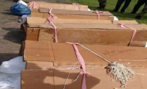 இந்த அட்டைப் பெட்டிகளில் இருப்பது பாதுகாப்புப் படை வீரர்களின் உடல்களா?