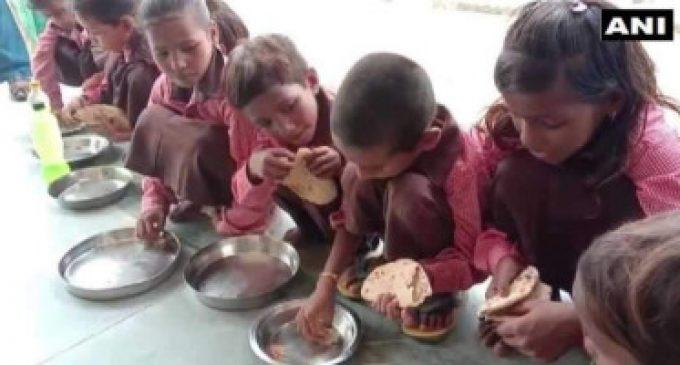 உத்தர பிரதேசத்தில் பள்ளி குழந்தைகளுக்கு மதிய உணவில் சப்பாத்திக்கு தொட்டுக் கொள்ள உப்பு