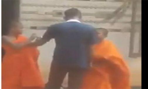 பிக்கு மாணவர்களை தாக்கியவர் சிக்கினார் –  வீடியோ