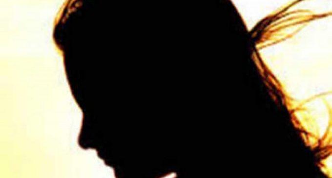 கட்டிப்பிடிப்பது, முத்தம் கொடுத்து  இம்சை கொடுத்ததால்  கம்பியால் அடித்தே கொன்ற மருமகள்.. தடுக்க வந்த மாமியாரும் பலி!