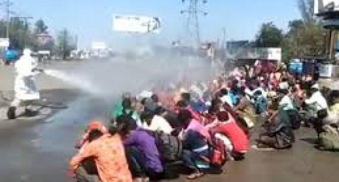 பொதுமக்கள் மீது தொற்றுநீக்கிகளை தெளித்த அதிகாரிகள் – இந்தியாவில் ஒரு அதிர்ச்சி சம்பவம்