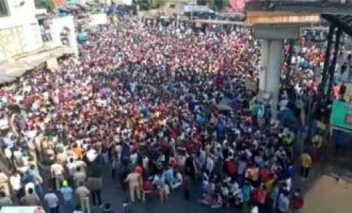மும்பை பாந்த்ரா ரயில் நிலையம் அருகே கூடிய ஆயிரக்கணக்கான தொழிலாளர்கள் போராட்டத்தில் ஈடுபட்டுள்ளனர்.