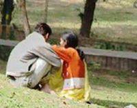 பாகிஸ்தான் யுவதிகள் ஆணவக் கொலை: யுவதிகளை முத்தமிட்டு படம்பிடித்த இளைஞன் கைது