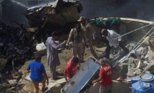 பாகிஸ்தான் விமான விபத்து: 97 பேர் பலி, ஐவரின் உடல்களை தேடும் பணி தீவிரம்