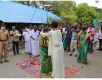 கொரோனா: இரு மாநிலங்களின் எல்லையில் வீதியில் நடந்த திருமணம்