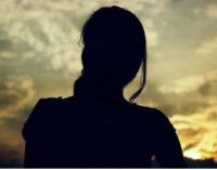 மனைவியை ஏமாற்றி நண்பர்களுக்கு விருந்தாக்கிய கணவன் உட்பட 5 பேர் கைது