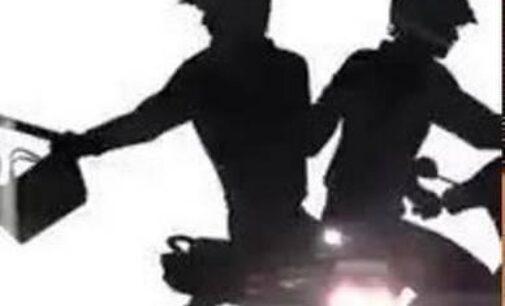 கண்ணிமைக்கும் நேரத்தில் 1 இலட்சம் பணத்தையும் மோதிரத்தையும் பறிகொடுத்த பெண்: தொடரும் கொள்ளையர்களின் அட்டகாசம்