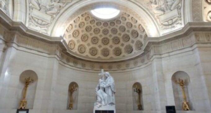 பாரிஸில் Chapelle Expiatoire ஆலயத்தின் சுவரில் மனித உடல் பாகங்கள்! அதிர வைக்கும் தகவல்