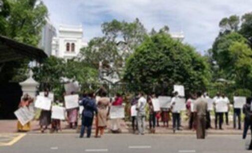 பிரதமர் மஹிந்தவுக்கு எதிராக கொழும்பில் பெண்கள் ஆர்ப்பாட்டம்