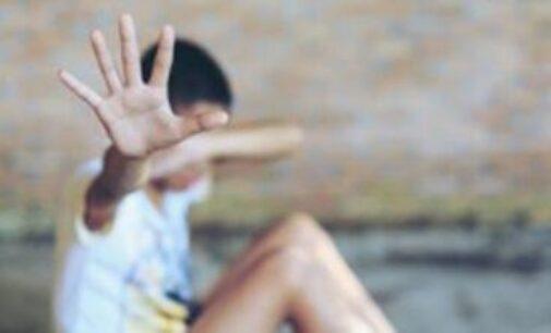 20 க்கும் மேற்பட்ட சிறுவர்களை துஷ்பிரயோகப்படுத்தி வீடியோ படமெடுத்த ஆசிரியர் சிக்கினார்
