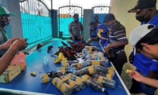 இந்தோனீசியாவில் பிளாஸ்டிக் பாட்டில்களில் அடைத்து கப்பலில் கடத்தப்பட்ட கிளிகள்