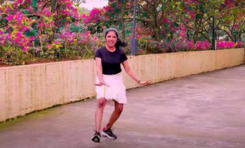 வேஷ்டி உடையில் செம குத்து டான்ஸ் போட்ட இளம் பெண் ! வேற லெவல் ஆட்டம்