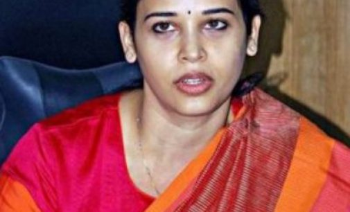 பஞ்சரான கார் டயரை கழற்றி மாட்டிய கலெக்டர் ரோகிணி சிந்தூரி (வீடியோ)