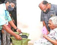 தபால் வாக்குகளை பையில் சேகரித்த தேர்தல் அதிகாரிகள்- பெட்டி கொண்டு வரும்படி அடம்பிடித்த மூதாட்டி